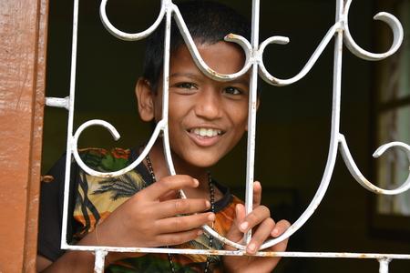 unicef: Mumbai, India - 27 Ottobre 2015 - I bambini che osserva dalla finestra della casa dei bambini di costruire con i soldi dal progetto di beneficenza europeo Editoriali