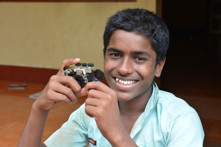 unicef: Mumbai, India - 27 Ottobre 2015 - Boy da Childrens Home davanti alla nuova facality alimentata dalla carit� dall'Europa con fotocamera self made Editoriali