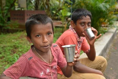 unicef: Mumbai, India - 27 Ottobre 2015 - Bambini da Childrens Home acqua potabile dal nuovo pozzo alimentato dalla carit� da Europa Editoriali