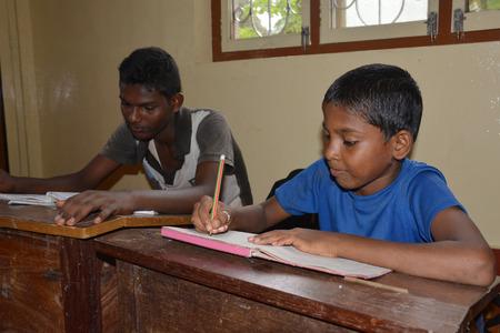 unicef: Mumbai, India - 27 Ottobre 2015 - Bambini da casa di apprendimento per bambini e lo studio alimentato da progetto chartiy con sede in Europa, la lettura di libri, la scrittura e il disegno