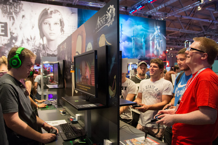 Keulen, Duitsland - 24 augustus 2017 - Jonge mensen op 's werelds grootste vakbeurs voor videogames, Gamescom in Keulen, nieuwe spellen spelen en rondlopen