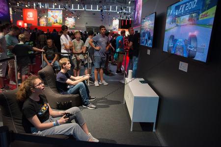 Keulen, Duitsland - 26 augustus 2017 - Jonge mensen op 's werelds grootste vakbeurs voor videogames, Gamescom in Keulen, nieuwe spellen spelen en rondlopen