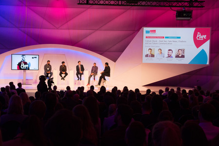 Cologne, Germany - September 19, 2017 - Young business people at digital marketing exhibition and trade show Dmexco in Cologne 新聞圖片