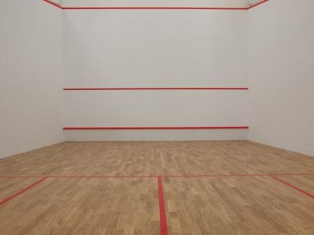 racquetball: Pista de squash oficial blanca en un club de squash Foto de archivo