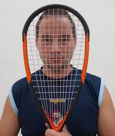 racquetball: Jugador de la calabaza detr�s de la raqueta de naranja en el club de squash