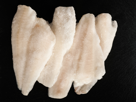 El pescado congelado en una placa de piedra Foto de archivo - 59236987