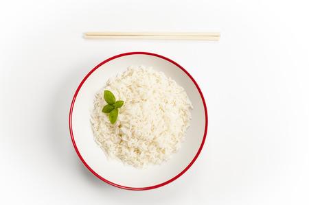 een kom rijst op een bamboemat