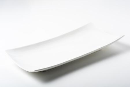 eine weiße rechteckige Platte mit abgerundeten Ecken