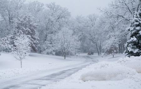 눈이 쟁기는 공원에서 눈이 내리는대로 도로 지 웁니다. 전경 스톡 콘텐츠