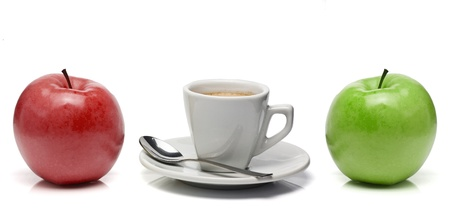 Coffee cup between red and green apple Standard-Bild