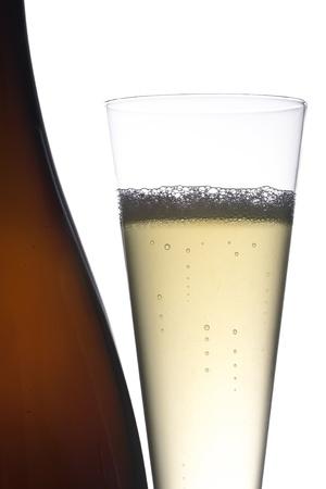 eacute: Isolata bottiglia di vino e vetro