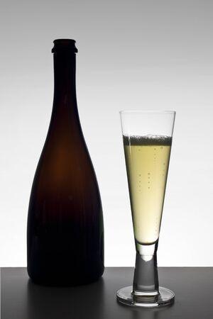 eacute: Bottiglia di vino isolato e vetro Archivio Fotografico