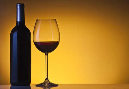 Weinflasche und Glas Standard-Bild - 11750383