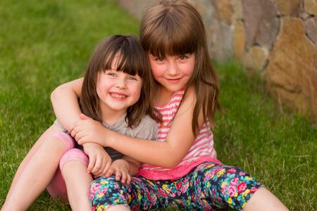 indulgere: due sorelline allegri indulgere su erba