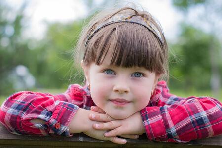 caras de emociones: niña apoyó la barbilla en la mano