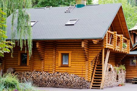 Holzhaus Holzhaus und ein Haufen von Scheitholz Editorial