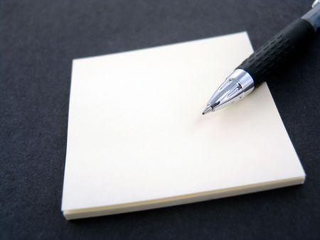 ペンで黄色の付箋メモ 写真素材