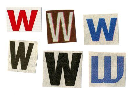 """letter """"w"""" gesneden uit krantenpapier op wit wordt geïsoleerd"""