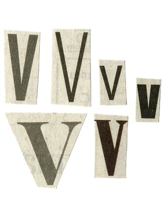 """letter """"V"""" gesneden uit krantenpapier op wit wordt geïsoleerd Stockfoto"""