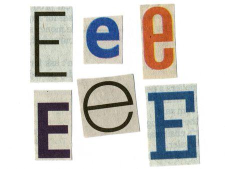 """letter """"e"""", gesneden uit krantenpapier geïsoleerd op wit"""