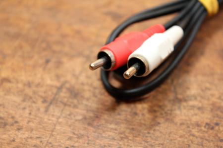 rca: Rosso e bianco RCA spine su sfondo di legno