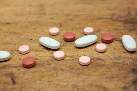 Random losse pillen op rustieke houten achtergrond Stockfoto