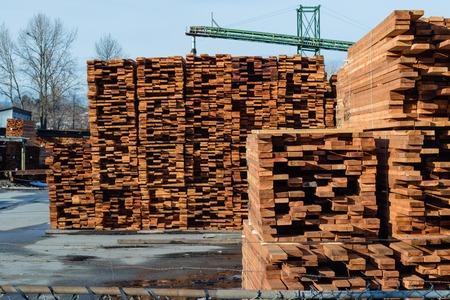 Molen produceert hout voor bouw en verpakt het voor een handige verzending. Stockfoto