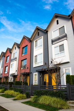Eine Reihe von neuen Immobilien Reihenhäusern oder Eigentumswohnungen. Standard-Bild - 93755111
