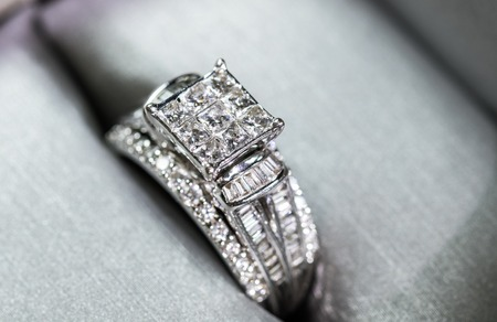 A diamond engagement ring in a box with glintreflection. Shimmering princess-cut diamonds. Reklamní fotografie