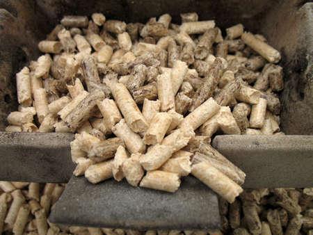 crisol: Placa y pellets de madera para las chimeneas y estufas  Foto de archivo