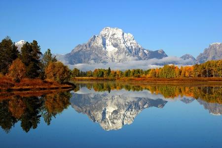 Reflectie van bergketen in een meer in het Grand Teton National Park