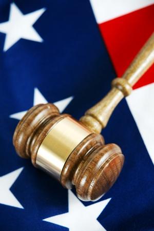 juge marteau: Gavel avec fond de drapeau
