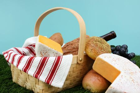 Picnic Basket filled with food that is ready to eat Stock Photo - 13149903