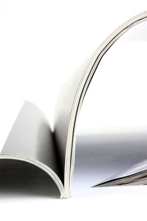 Magazine geopend zittend op een witte achtergrond