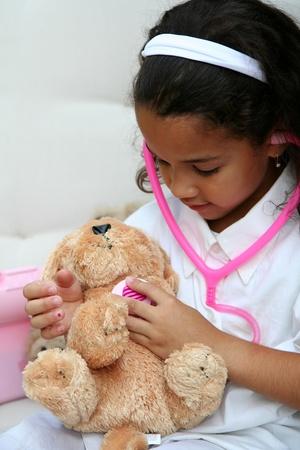 Niña juega con el médico o la enfermera de peluche Foto de archivo - 13142109