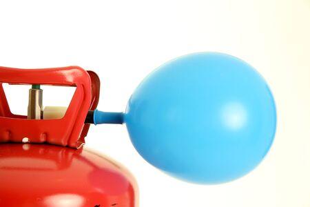 Ballon von einem Heliumtank gefüllten