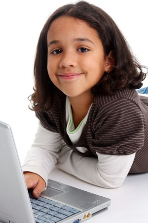Mixed Race fille sur le plancher avec un ordinateur Banque d'images