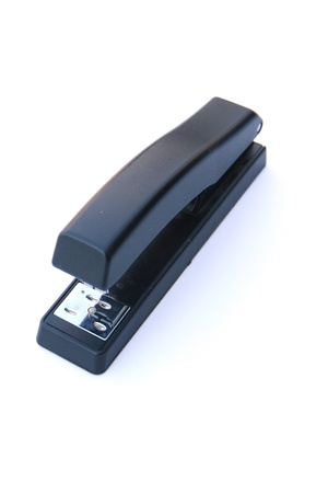 grapadora: Negro grapadora sobre un fondo blanco Foto de archivo