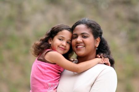 nios hispanos: Una madre con sus hijos Foto de archivo