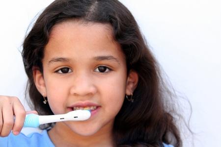 若い女の子はバスルームで彼女の歯を磨いています。