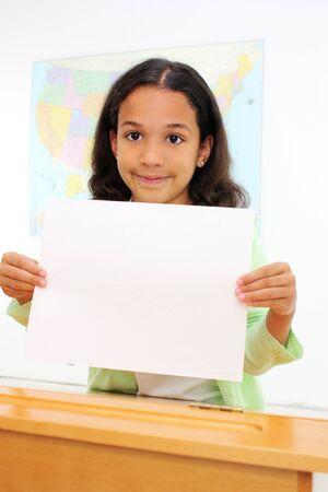 niños sosteniendo un cartel: Estudiantes en un aula en la escuela primaria