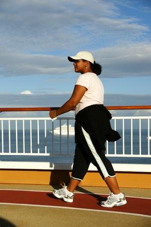Mujer que camina en un crucero