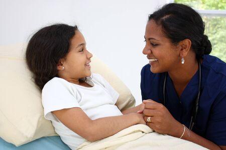 enfant malade: Enfant portant malade au lit � l'h�pital Banque d'images