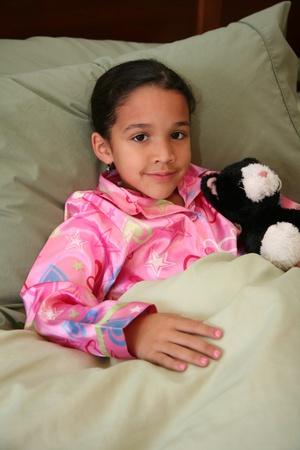 Chica acostada en su cama lista para dormir