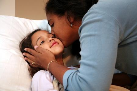 ragazza malata: La figlia va a letto e infila la sua mamma in