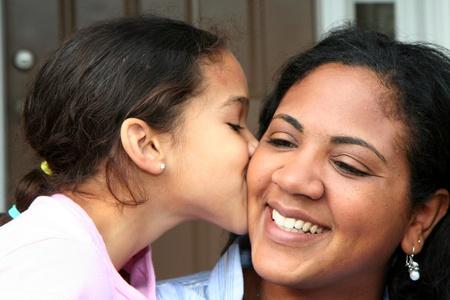 madre con hija: Una madre y su hija de raza mixta