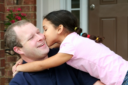 convivencia familiar: Padre e hija en el porche Foto de archivo