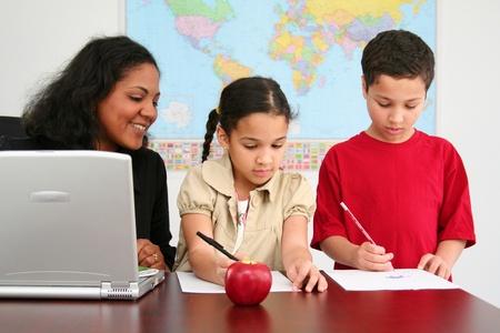 Docent en studenten in een klaslokaal op school Stockfoto
