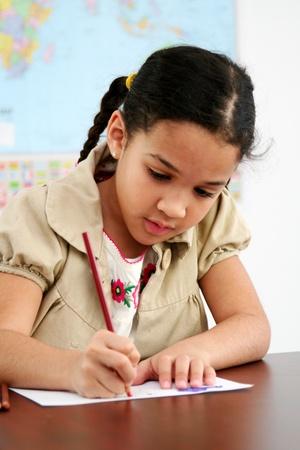 niños escribiendo: Listo para trabajar en un salón de clases en la escuela