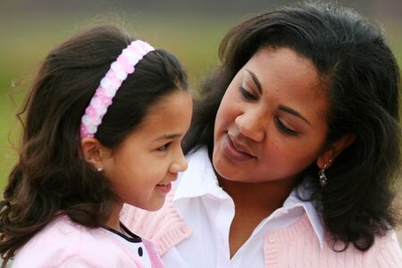 padres e hijos felices: Madre e hija juntos riéndose mientras habla